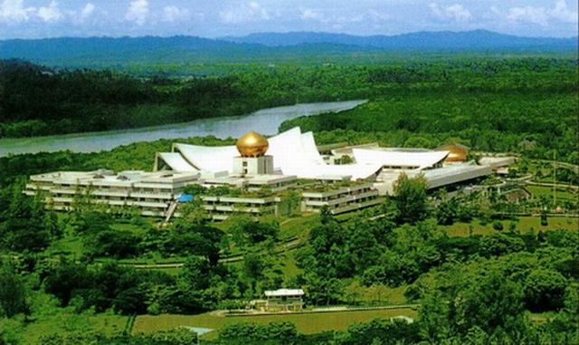 https: img.okezone.com content 2020 05 06 18 2209928 megahnya-istana-nurul-iman-tempat-tinggal-raja-brunei-darussalam-MmPsk4i8EG.jpg