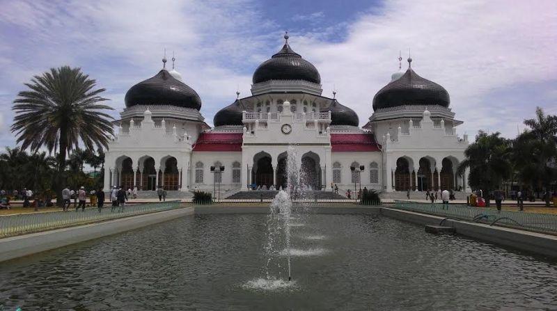 https: img.okezone.com content 2020 05 06 615 2210169 7-masjid-indah-nan-bersejarah-di-indonesia-R8bA1jUSx7.jpg