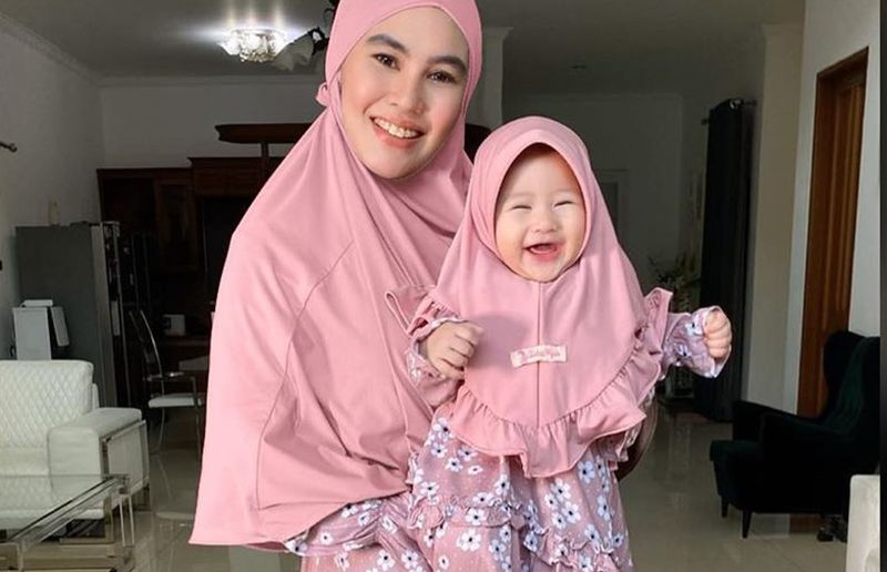 https: img.okezone.com content 2020 05 06 617 2210137 bingung-pilih-model-baju-lebaran-intip-gaya-kartika-putri-dan-baby-khalisa-aja-pUWQzLZ9g9.jpg