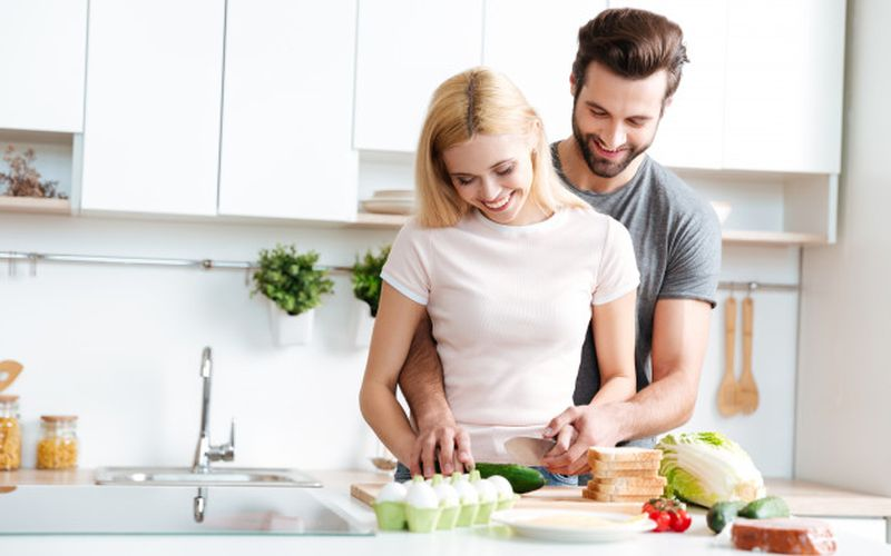 https: img.okezone.com content 2020 05 08 298 2210837 sering-masak-bareng-suami-hubungan-jadi-lebih-romantis-fFdFHoHgGU.jpg