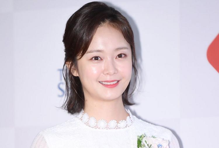 https: img.okezone.com content 2020 05 08 33 2210880 jeon-so-min-resmi-gabung-agensi-lee-kwang-soo-VBKgbMl3jT.jpg