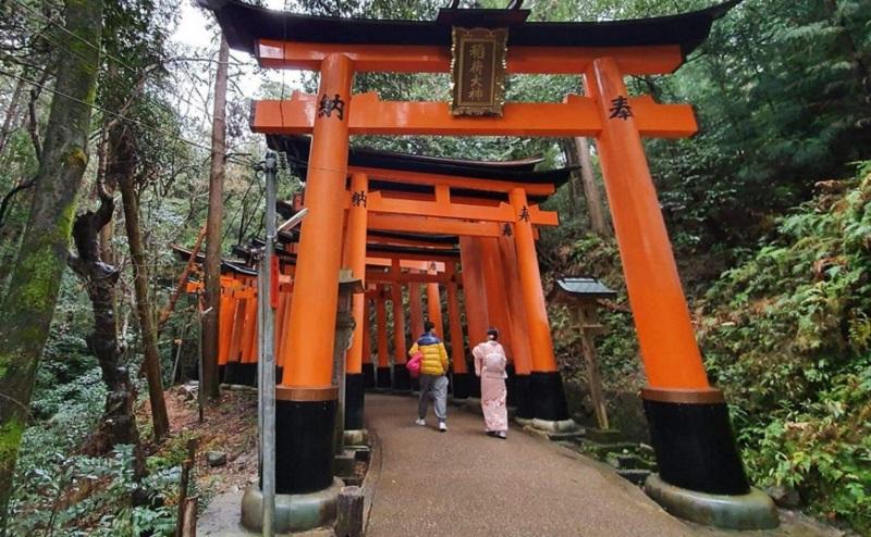 https: img.okezone.com content 2020 05 08 406 2210848 ini-tips-selfie-tanpa-gangguan-traveler-lain-di-kuil-fushimi-inari-kyoto-ljrxblZDlu.jpg