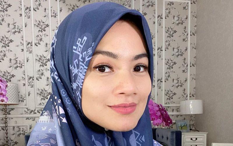 https: img.okezone.com content 2020 05 08 617 2211021 titi-kamal-berhijab-aura-cantiknya-bikin-pangling-BUcS8bYnlQ.jpg