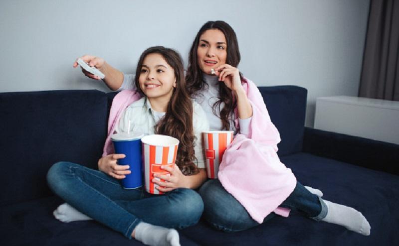 https: img.okezone.com content 2020 05 10 196 2211740 rayakan-hari-ibu-sedunia-ini-4-film-yang-bisa-kamu-tonton-dengan-ibumu-q90k9mRrl6.jpg