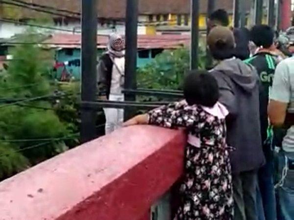 https: img.okezone.com content 2020 05 11 338 2212244 wanita-hendak-bunuh-diri-dengan-melompat-dari-jembatan-merah-bogor-UA3Kfqgk6V.jpg