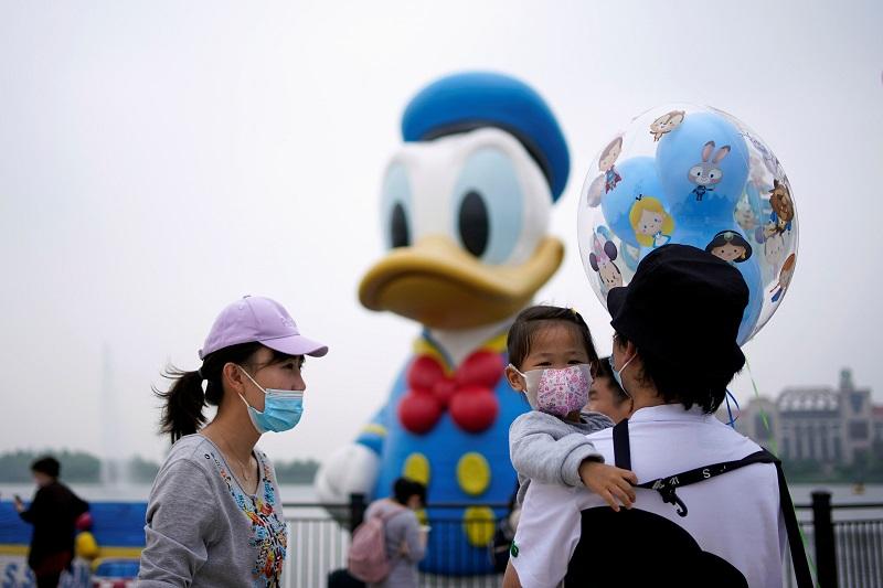https: img.okezone.com content 2020 05 11 406 2212166 disneyland-shanghai-dibuka-pengunjung-wajib-pakai-masker-nPoeHrqsjd.jpg