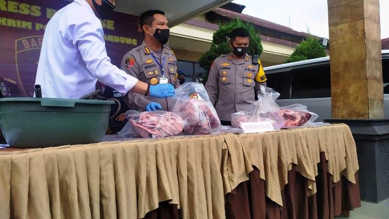 https: img.okezone.com content 2020 05 11 525 2212381 waspada-daging-babi-dijual-sebagai-daging-sapi-beredar-di-bandung-cRjJhnUuEq.jpg