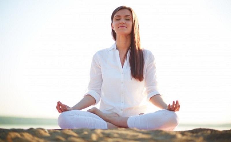 https: img.okezone.com content 2020 05 13 481 2213645 sehat-saat-berpuasa-dengan-yoga-sederhana-ala-hendri-take-ampuh-menstimulus-organ-pencernaan-p4ibNgU95i.jpg