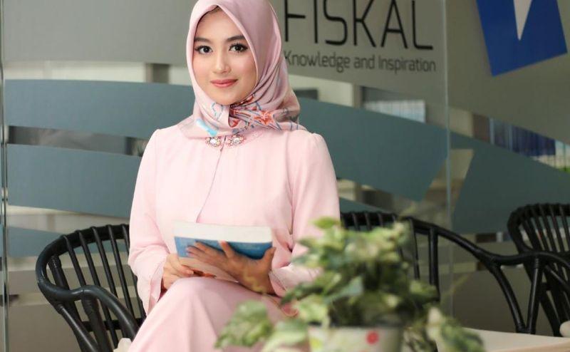 https: img.okezone.com content 2020 05 13 617 2213459 manisnya-nabilah-eks-jkt-48-berbalut-hijab-pink-bikin-pangling-deh-KfH7IMr5wj.jpg