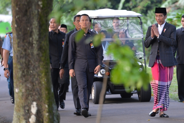 https: img.okezone.com content 2020 05 14 337 2213857 presiden-jokowi-bersyukur-di-tengah-pandemi-covid-19-masyarakat-saling-bantu-wRqkIq69mU.jpg