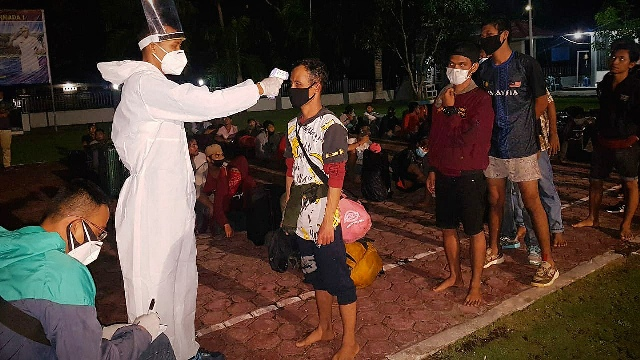 https: img.okezone.com content 2020 05 14 340 2214178 pulang-dari-malaysia-ratusan-pekerja-migran-ilegal-diamankan-tni-al-cde4WVtAle.jpeg