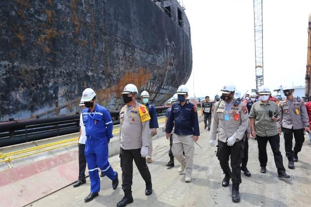 https: img.okezone.com content 2020 05 14 608 2214304 tim-labfor-polri-akan-periksa-kapal-tanker-yang-terbakar-di-belawan-Kk9rGeIwCY.jpeg