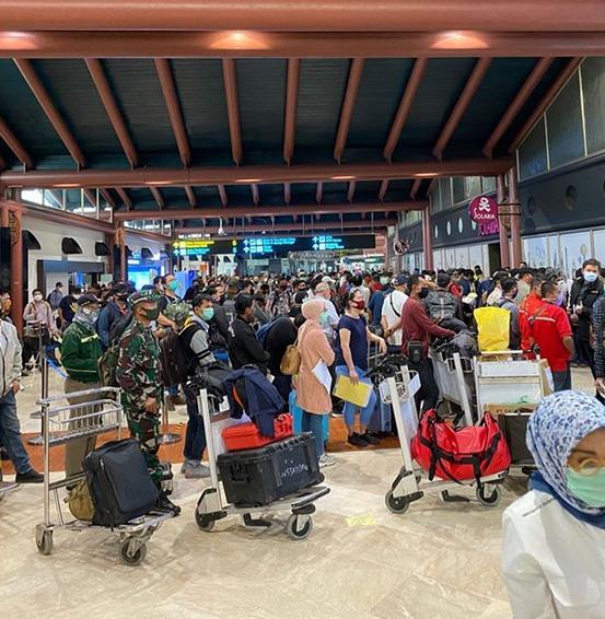 https: img.okezone.com content 2020 05 15 338 2214451 fakta-fakta-penumpukan-penumpang-di-bandara-soekarno-hatta-yang-langgar-physical-distancing-74klSPuEdc.PNG