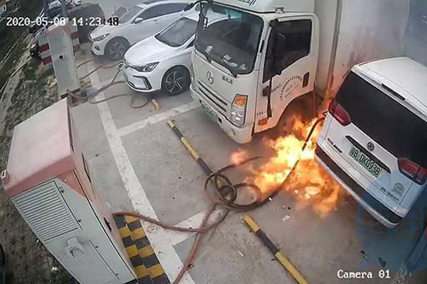 https: img.okezone.com content 2020 05 17 52 2215389 kamera-tangkap-kebakaran-di-stasiun-pengisian-daya-mobil-listrik-7eAgUQsECW.jpg