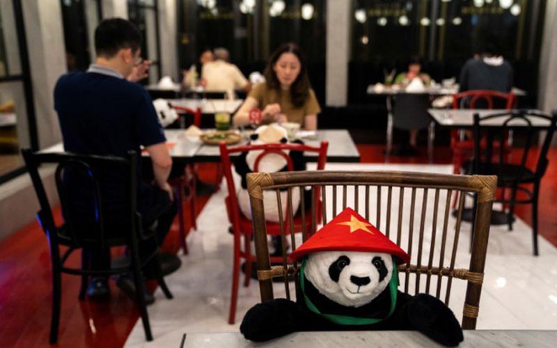 https: img.okezone.com content 2020 05 18 298 2215688 physical-distancing-makan-di-restoran-ini-ditemani-boneka-panda-gemas-6fDVBVtWKJ.jpg
