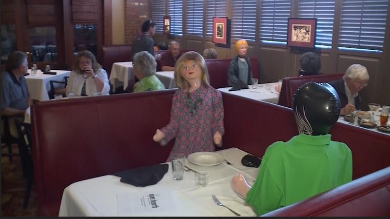 https: img.okezone.com content 2020 05 18 298 2216030 terapkan-physical-distancing-makan-di-restoran-ini-ditemani-boneka-tiup-rmFrAIODpm.jpg