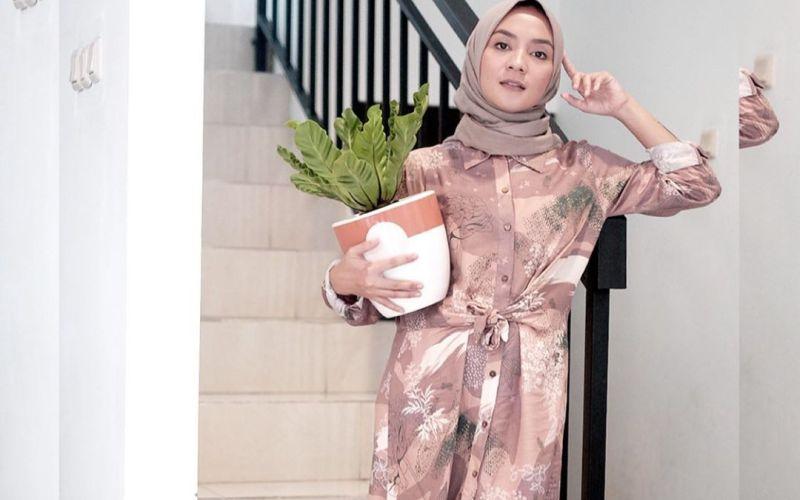 https: img.okezone.com content 2020 05 20 617 2216877 modisnya-gaya-hijab-enno-lerian-di-rumah-aja-hTapzlhF59.jpg
