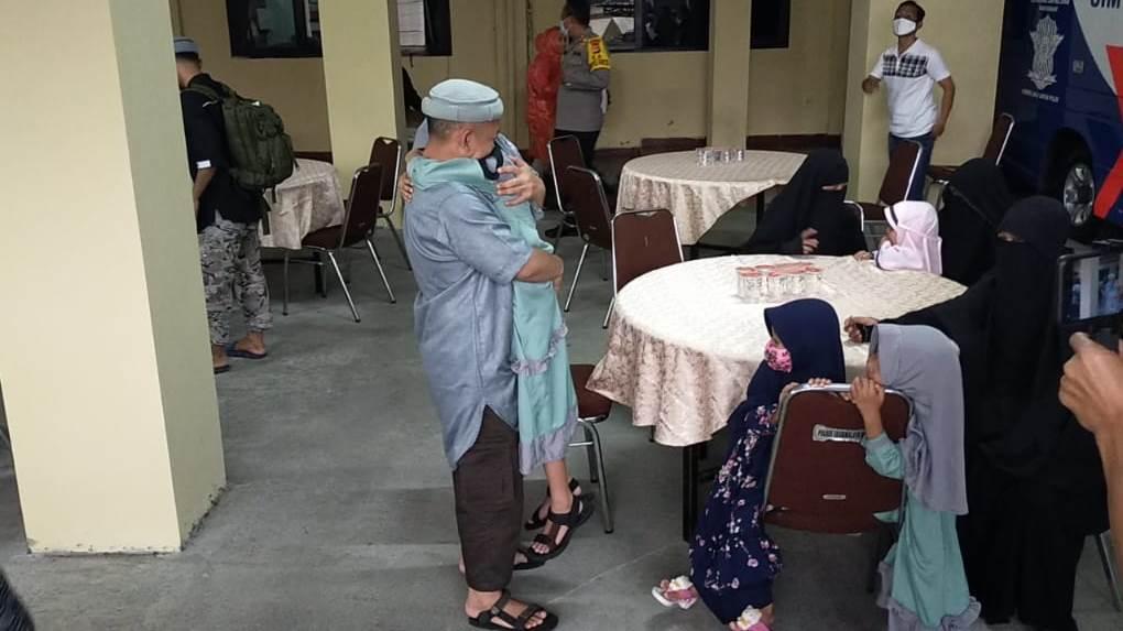https: img.okezone.com content 2020 05 21 525 2217423 tangis-haru-warnai-pertemuan-3-eks-teroris-dengan-keluarganya-di-tasikmalaya-qAoSvQzv89.jpg
