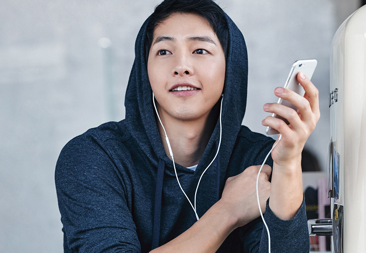 https: img.okezone.com content 2020 05 22 206 2218128 song-joong-ki-bakal-jadi-penyanyi-legendaris-korea-di-film-season-of-you-and-i-t2zIu62wYA.jpg