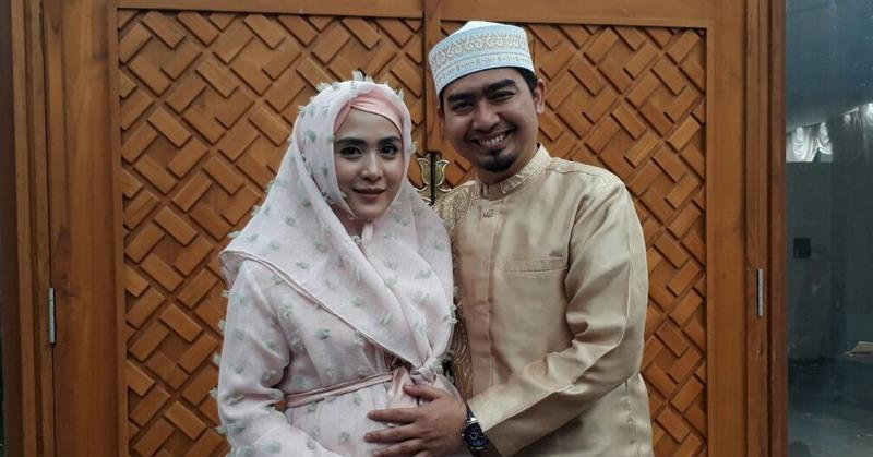 https: img.okezone.com content 2020 05 22 33 2218012 april-jasmine-pernah-minta-ustaz-solmed-menikah-lagi-agar-punya-anak-ZcSFZdwhyK.jpg