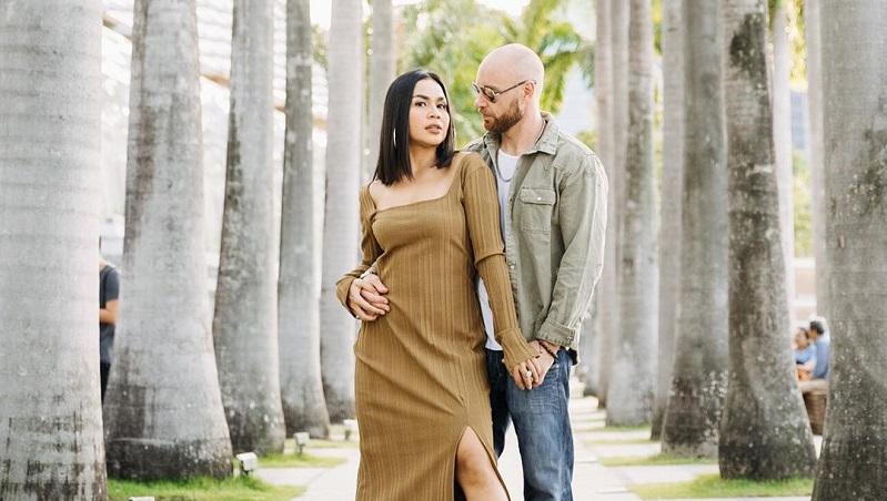 https: img.okezone.com content 2020 05 22 33 2218260 3-bulan-berpisah-dengan-suami-imbas-corona-melaney-ricardo-ini-rekor-wdCQ0vJ2nd.jpg