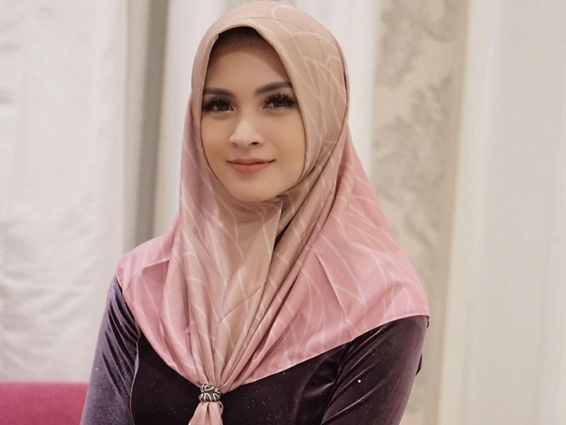 https: img.okezone.com content 2020 05 22 33 2218269 ingat-momen-pertama-kali-pakai-hijab-donita-mewek-YNzW4Ls6Yt.jpg