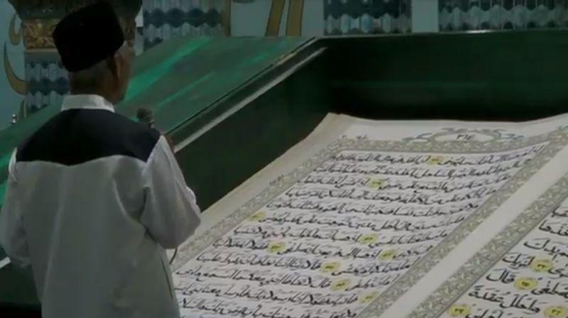 https: img.okezone.com content 2020 05 22 519 2217954 sedang-psbb-jamaah-di-masjid-agung-baiturrohman-banyuwangi-tadarus-pakai-alquran-raksasa-LxRpag7MsR.jpg