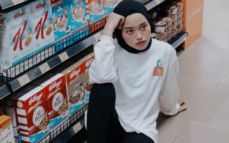 https: img.okezone.com content 2020 05 23 617 2218551 4-gaya-hijab-boyish-style-ala-indira-kalistha-LQwuJTEM3N.jpg
