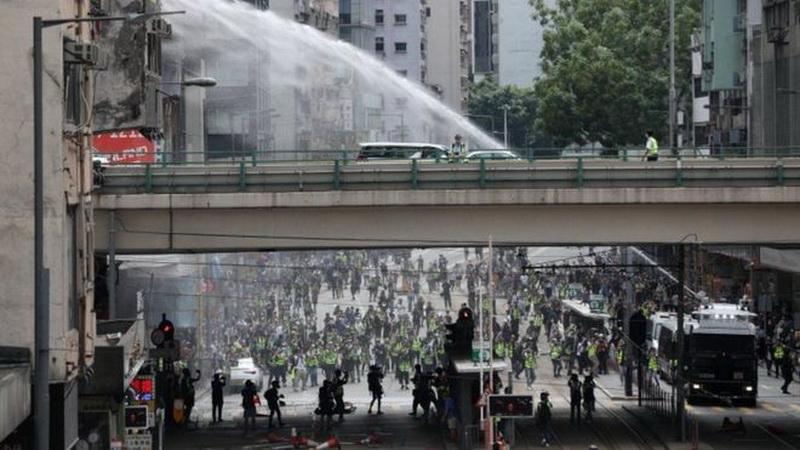 https: img.okezone.com content 2020 05 24 18 2219061 tangkap-puluhan-demonstran-polisi-hong-kong-tembakan-gas-air-mata-3SBSgGAftX.jpg