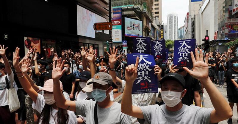 https: img.okezone.com content 2020 05 24 18 2219064 demonstran-hong-kong-gunakan-masker-saat-beraksi-tolak-uu-keamanan-AXjbLfbBLd.jpg