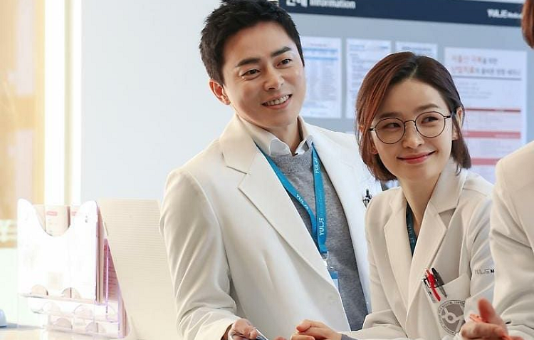https: img.okezone.com content 2020 05 24 598 2219087 jo-jung-suk-sempat-promosikan-jeon-mi-do-untuk-bintangi-hospital-playlist-YnIYwUFh08.jpg