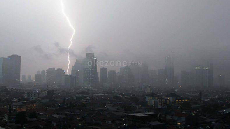 https: img.okezone.com content 2020 05 25 338 2219100 lebaran-kedua-jaksel-dan-jaktim-berpotensi-hujan-petir-Ye8YX6zt4n.jpg