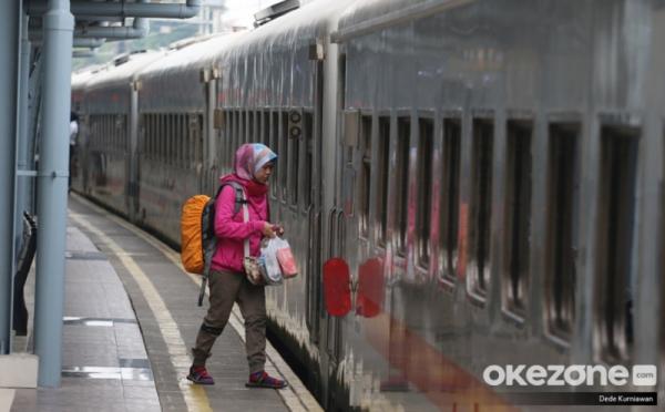 https: img.okezone.com content 2020 05 25 338 2219258 pt-kai-penumpang-dari-dan-tujuan-jakarta-wajib-bawa-sikm-cj76YYc4eV.jpg