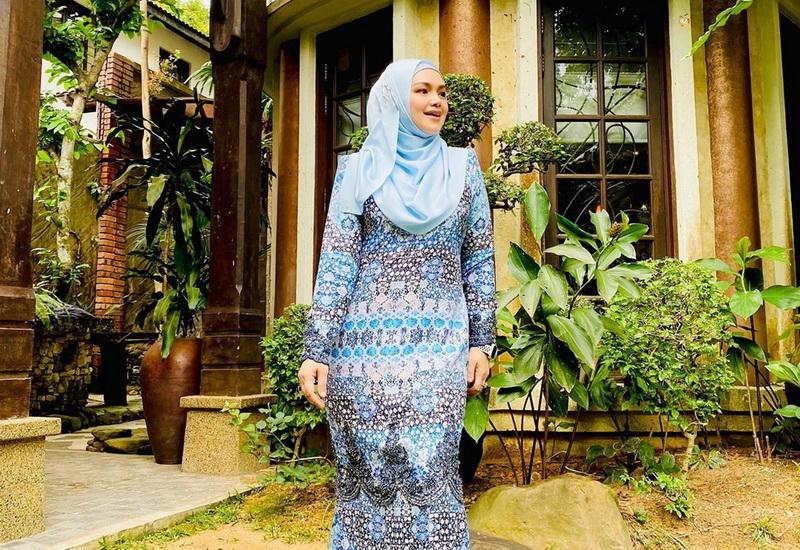 https: img.okezone.com content 2020 05 25 617 2219474 baju-kurung-lebaran-family-distancing-ala-siti-nurhaliza-dx7mMtfqkj.jpg