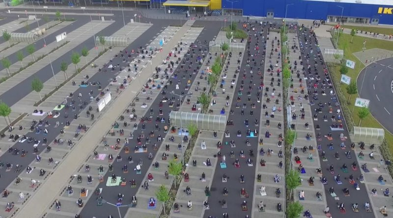 https: img.okezone.com content 2020 05 27 18 2220325 sholat-ied-di-area-parkir-ratusan-jamaah-di-jerman-terapkan-physical-distancing-an8WgaINhN.jpg