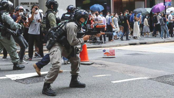 https: img.okezone.com content 2020 05 27 18 2220469 polisi-tembakkan-peluru-merica-tangkap-240-orang-dalam-demonstrasi-terbaru-hong-kong-DuSoKbj9GN.jpg