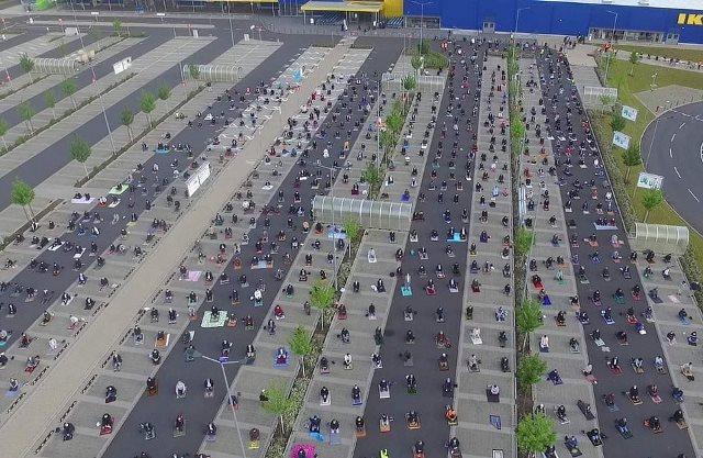 https: img.okezone.com content 2020 05 27 614 2220505 ratusan-muslim-jerman-sholat-berjamaah-di-parkiran-ikea-fHRIYhNOHu.jpg
