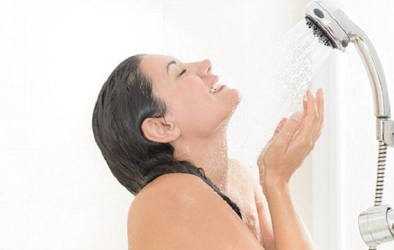 https: img.okezone.com content 2020 05 28 481 2221088 mandi-dengan-gayung-vs-shower-lebih-baik-yang-mana-luguGM0iHJ.jpg