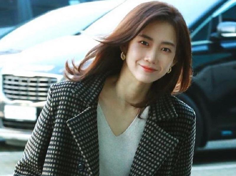 https: img.okezone.com content 2020 05 29 194 2221405 5-potret-cantik-shin-hyun-bin-pemeran-dokter-winter-drama-korea-hospital-playlist-QsCSNaT2eF.jpg