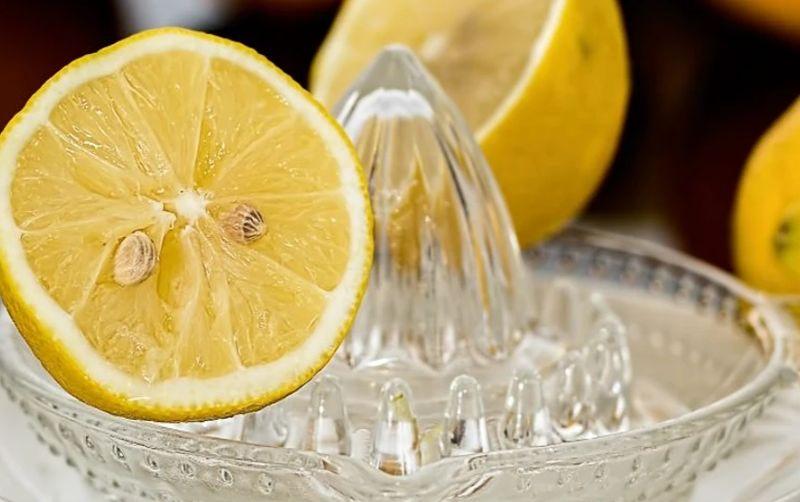 https: img.okezone.com content 2020 05 29 298 2221534 viral-tutorial-memeras-lemon-enggak-bikin-tangan-gatal-dan-perih-grh17wk100.jpg