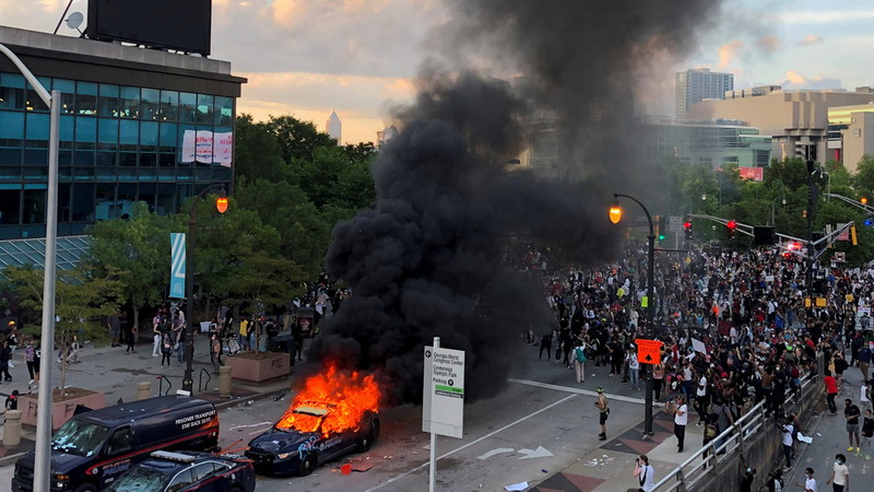 https: img.okezone.com content 2020 05 30 18 2221950 protes-kebrutalan-polisi-massa-di-atlanta-rusak-gedung-cnn-jgLWUr2W4F.jpg