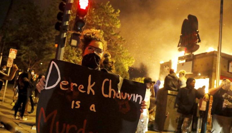 https: img.okezone.com content 2020 05 30 18 2222098 protes-kematian-george-floyd-di-beberapa-kota-berubah-jadi-kerusuhan-minneapolis-mencekam-PuQJqoDLPU.jpg