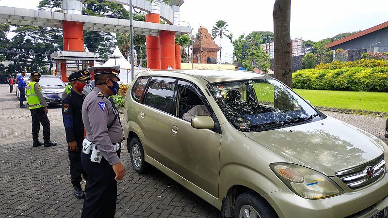 https: img.okezone.com content 2020 05 30 519 2222147 psbb-malang-raya-total-5-250-kendaraan-diminta-putar-balik-SjQK2LNYU3.jpg