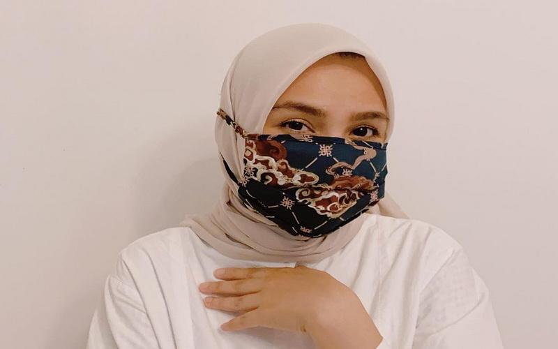 https: img.okezone.com content 2020 05 30 617 2222168 kreasi-elegan-padupadan-hijab-dan-masker-ala-ria-miranda-cYLjIFgpcH.jpg