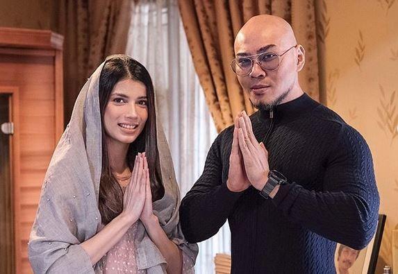 https: img.okezone.com content 2020 05 30 617 2222185 intip-fashion-muslim-sabrina-bersama-deddy-corbuzier-yang-memesona-X7yzZEU3fq.JPG