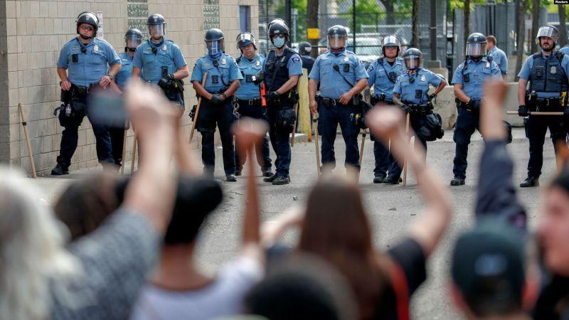 https: img.okezone.com content 2020 05 31 18 2222319 amankan-kerusuhan-di-as-seorang-polisi-cedera-parah-ditabrak-atv-W61RtRt0nH.jpg