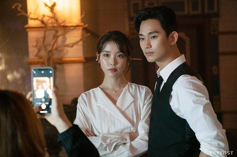 https: img.okezone.com content 2020 05 31 33 2222336 teman-baik-kim-soo-hyun-kirim-coffee-truck-ke-lokasi-syuting-iu-aS8HYWnELo.jpg
