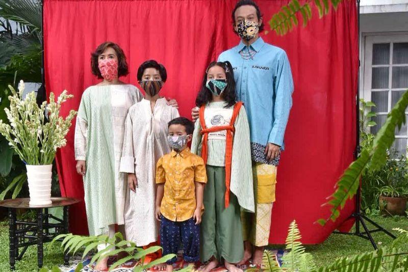 https: img.okezone.com content 2020 06 01 194 2222669 kompaknya-gaya-keluarga-dwi-sasono-pakai-masker-sebelum-tersandung-narkoba-0SsuHfhFa9.jpg
