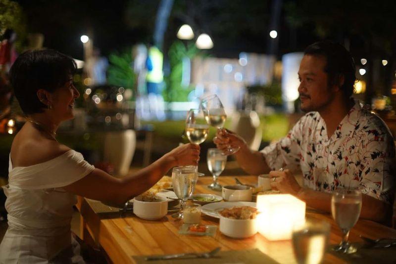 https: img.okezone.com content 2020 06 01 620 2222698 5-momen-romantis-dwi-sasono-dan-widi-mulia-couple-idaman-IYgiQzCkou.jpg
