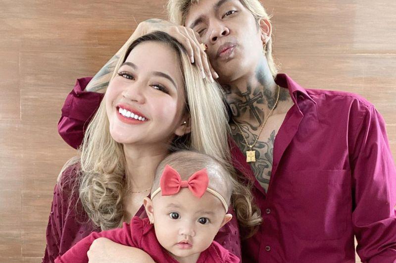https: img.okezone.com content 2020 06 02 196 2223283 photoshoot-keluarga-young-lex-pakai-outfit-kembaran-netizen-anaknya-cakep-kayak-ibunya-O3jXWRyjEm.jpg